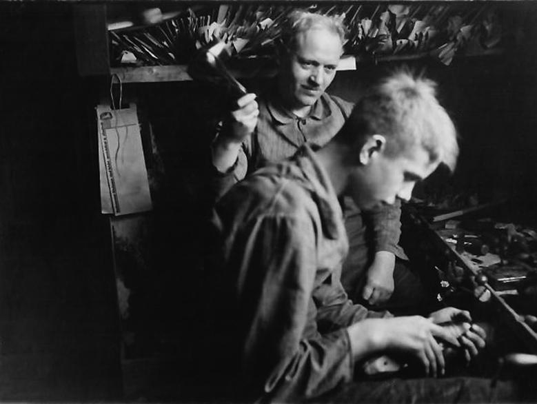 Vater und Sohn bei der Arbeit
