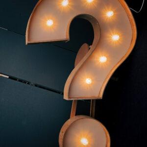 Fragezeichen aus Holz mit Lampen