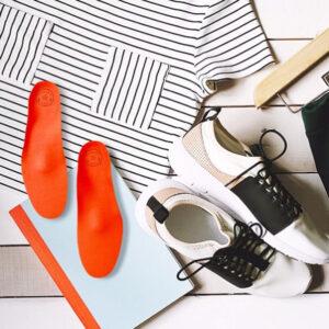 Einlagen neben Schuhen auf einem Tisch