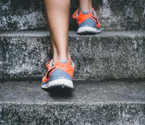 Sportler am Treppensteigen (mit Sportschuhen)